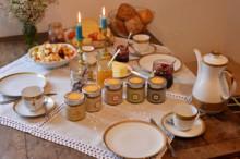 Adventsfrühstück mit Honig und Kerzen