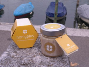 Schöne Geschenkverpackung und Glas in welchen der Honig von honigplus verschickt wird