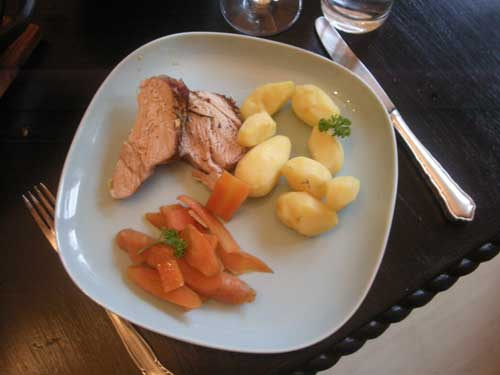 Braten mit Kartoffeln und Karotten