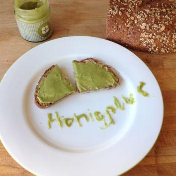 Matcha Honig auf einer Scheibe Mehrkornbrot