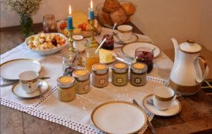 Frühstück mit Honig als morgendlicher Genuss