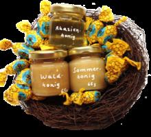 Osternest mit kleinen Gläsern Honig und Bonbons